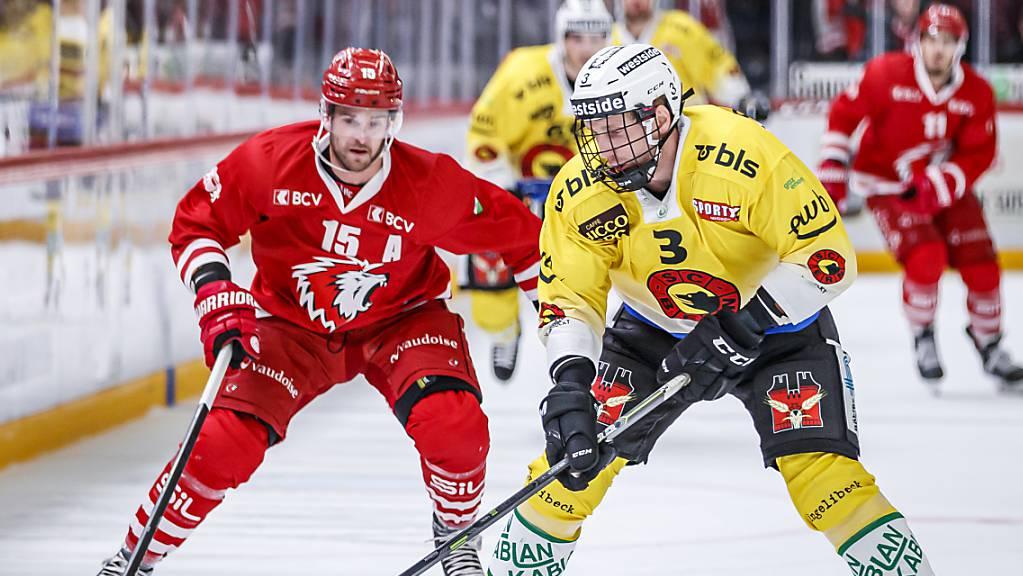 Justin Krueger (rechts) vom SC Bern versucht sich gegen Lausannes Dustin Jeffrey durchzusetzen