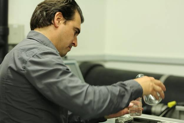 Christan Bühler, Leiter Siedlungswasserwirtschaft in der ARA Dietikon, beobachtet was die Bachflohkrebse machen.