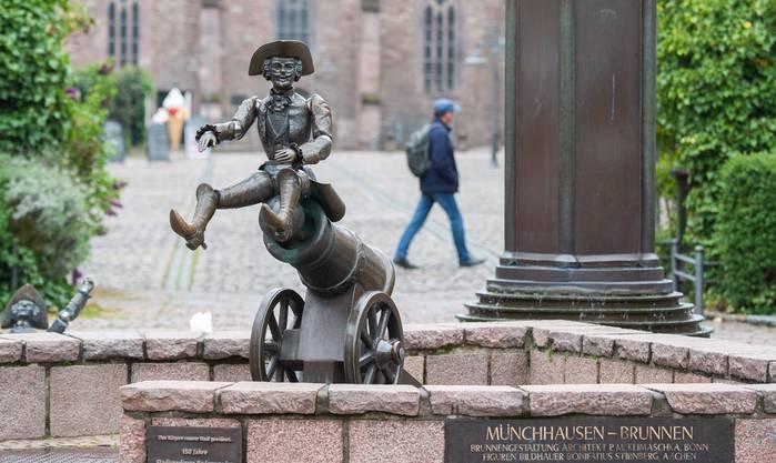 Noch heute finden sich in mehreren deutschen Städten Brunnen mit Von Münchhausen-Skulpturen.
