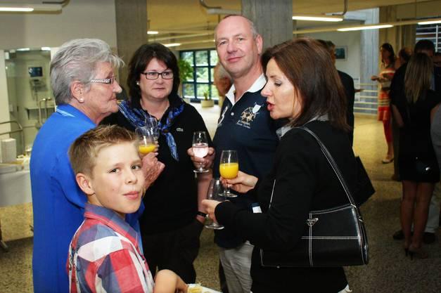 Stolze Eltern und Grosseltern im Foyer der Kantonsschule