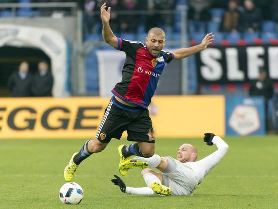 Basler Walter Samuel im Kampf um den Ball gegen den Luzerner Marco Schneuwly.