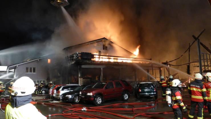 Trotz 180 Feuerwehrleuten: Die Flammen zerstörten die Halle an der Unterdorfstrasse in Diepoldsau SG. (Bild Kapo SG)