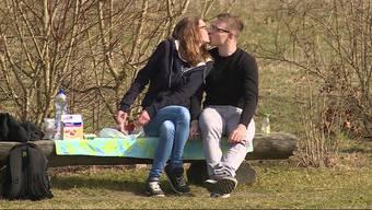 Küssen, picknicken, sünnele: So verbrachten die Menschen im Mittelland den sonnigen Sonntag.