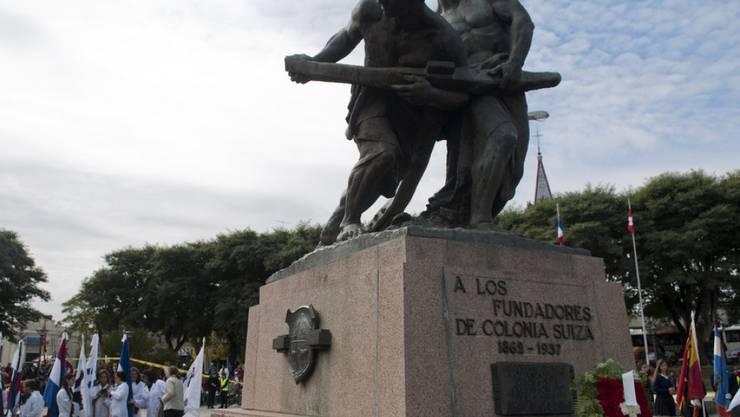 Statue zu Ehren der Stadtgründer auf dem Hauptplatz in Nueva Helvecia.