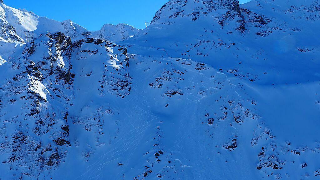 An diesem Hang in der Region des Col des Gentianes im Wallis löste sich die Schneewechte, nachdem drei Skifahrer die markierte Piste verlassen hatte.