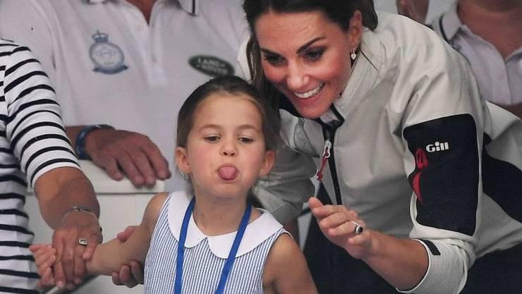 Die britische Prinzessin Charlotte hat es nicht so mit royalem Winken. Nach einer Regatta auf einer südenglischen Insel sorgte die Vierjährige stattdessen mit einer kecken Geste für Gelächter.