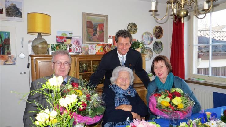 Berta Köhler nimmt die Glückwünsche der Stadt entgegen (v.l.): Daniel Vulliamy, Leiter Stadtmarketing, Stadtweibel Marcel Hauri und Frau Vizeammann Brigitte Rüedin. zvg