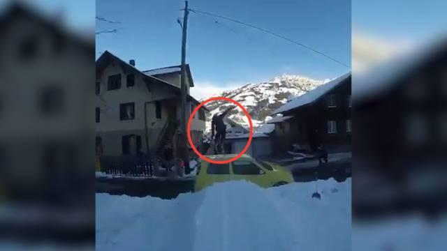 Nervenaufreibende Action auf Ski: Dieser Schweizer brettert über Dächer und springt über Autos