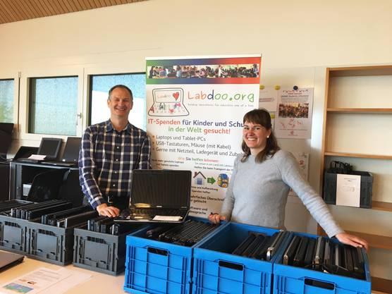 Frank Geisler, Labdoo Schweiz, und Silvana Lindt, Leiterin SRK-Koordinationsstelle in Baden, freuen sich über die gute Zusammenarbeit.