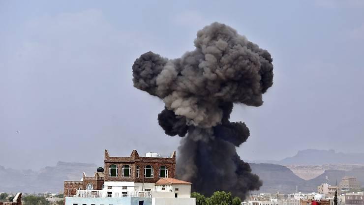 Rauch über Sanaa nach einem Luftangriff der saudisch geführten Koalition gegen Jemen: Die USA liefern weiter Waffen an Saudi-Arabien. (Archivbild)