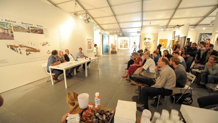Die Kunstmesse Scope präsentiert ihren Plan B: Die Leute des Wagenplatzes waren dabei und hörten zu.