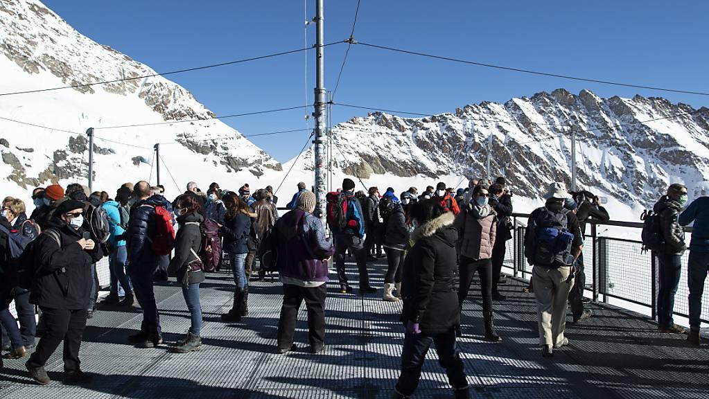Touristen stehen auf der Aussischtsplattform Sphinx auf 3454 Meter über Meer: die Corona-Pandemie liess die Besucherzahlen auf dem Jungfraujoch einbrechen (Archivbild).