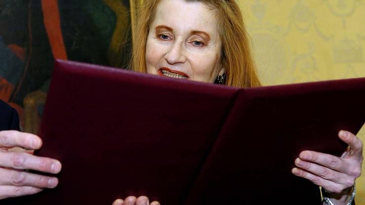 Umstritten war die österreichische Autorin vor dem Nobelpreis und ist sie heute noch. Aber ihre Stimme, ihre schneidende Gesellschaftskritik scheint seit dem Nobelpreis ernster genommen zu werden und steht der Name Jelinek auf dem Spielplan eines Theaters ist ihm Aufmerksamkeit gewiss.