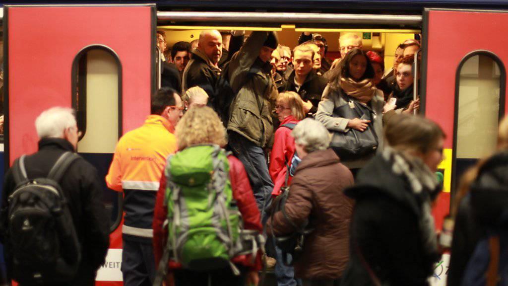 Einschränkungen im Zugverkehr: Ausgerechnet zur Stosszeit blockierte im Raum Zürich Flughafen ein Zug die Schienen. (Archivbild)
