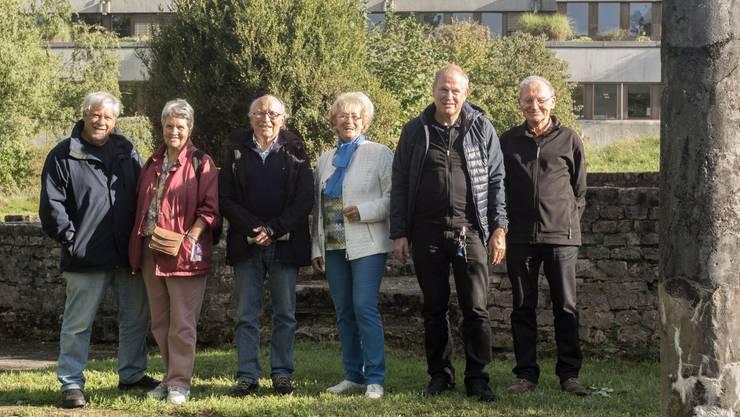 Fast 70 Jahre später: Peter und Verena Scholer, Ernst Burkhardt, Sonja Hauer, Josua Bider und Hanspeter Straumann (von links) kehren an den Ort der ehemaligen Ausgrabungsstätte zurück.