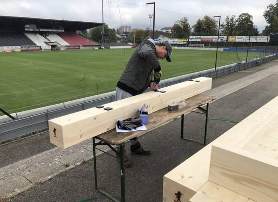 Die Holzbalken werden vorbereitet für die Verschraubung auf der Stehrampe