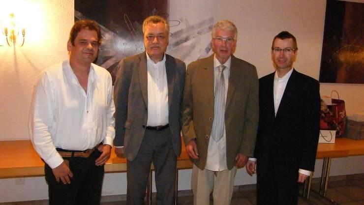 Im Einsatz für den Gewerbeverein (v.l.) Jonas Flück, neues Ehrenmitglied; Toni Rüegg, Präsident; Eduard Schneider, neues Freimitglied, und Andreas Burri, neues Vorstandsmitglied.