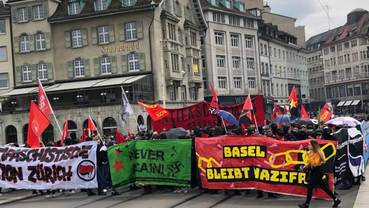 Rund 400 Menschen demonstrierten am Samstag in der Basler Innenstadt - hier auf der Mittleren Brücke - gegen Rechtsextremismus.