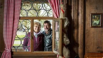Anna und Hansruedi Moser blicken in die Stube ihres Herzstückes, des um 1720/1721 gebauten Strohdachhauses.Chris Iseli