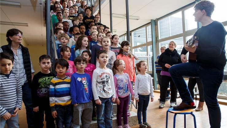 Kindergärteler und Primeler aus Gerlafingen begrüssen ihre Gäste mit dem «Kirchacker»-Lied.