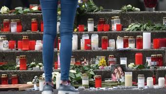 Grosse Trauer um verstorbene Schüler: Vor dem Joseph-König Gymnasium werden Kerzen angezündet und Blumen niedergelegt.