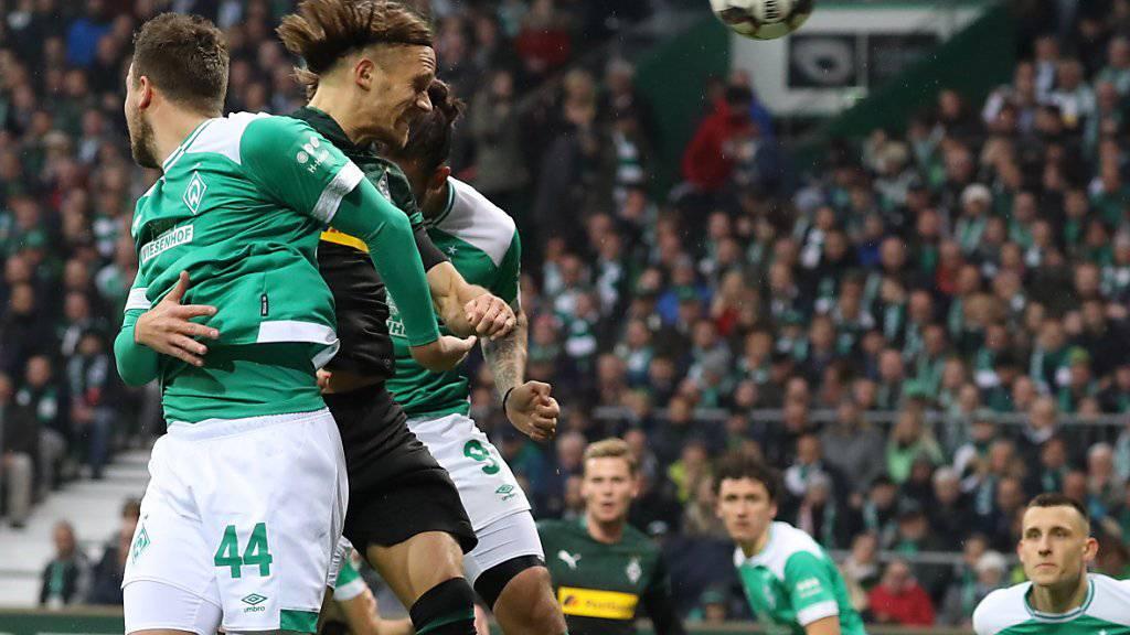 Michael Lang (Mitte, dunkles Dress) setzt sich mit Gladbach gegen Werder Bremen durch