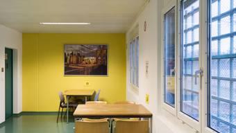 """Acat kritisiert zum Teil """"unmögliche Besuchszeiten und unangepasste Besucherräume"""" für Kinder von Inhaftierten in Schweizer Gefängnisse - hier der Besucherraum im Flughafengefängnis Kloten. (Archivbild)"""