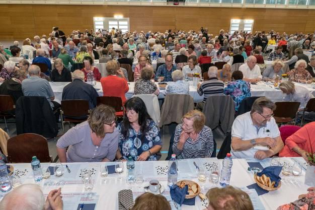 600 Seniorinnen und Senioren feiern am Herbstfest in Wettingen.