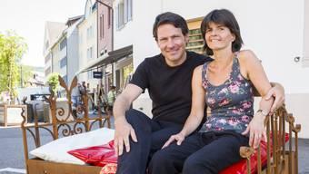 Immer wieder glänzen sie mit innovativen Ideen: Eric und Yvonne Rütsche auf dem Bett vor dem Guggenheim, mit dem sie den Parkplatz für Hotelgäste freihalten.