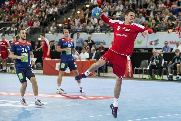Andy Schmid (rechts) wird die Schweizer Handballer als Leader anführen.