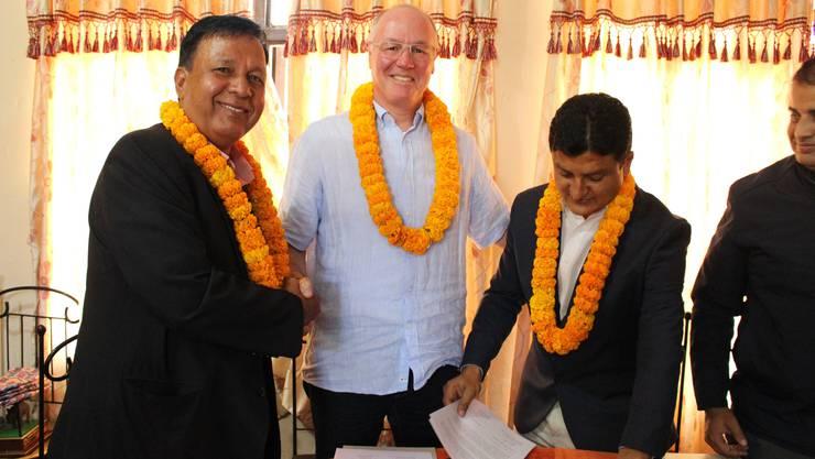 Die Partnerschaft ist unterzeichnet: «Limmi»-Direktor Thomas Brack schüttelt die Hand von Bürgermeister Narayan Ban. Devendra Kumar Shrestha, Delegierter des Verwaltungsrats des Spital Ratnanagar, hält den Vertrag in den Händen.