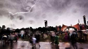 Ein Blitz entlädt sich über dem Festivalgelände von Roskilde, wo am Sonntag eine Frau ihr Leben verlor