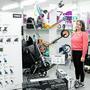 Kim Süess präsentiert die Scooter, eine der Black-Friday-Aktionen bei Binkert Spielwaren.
