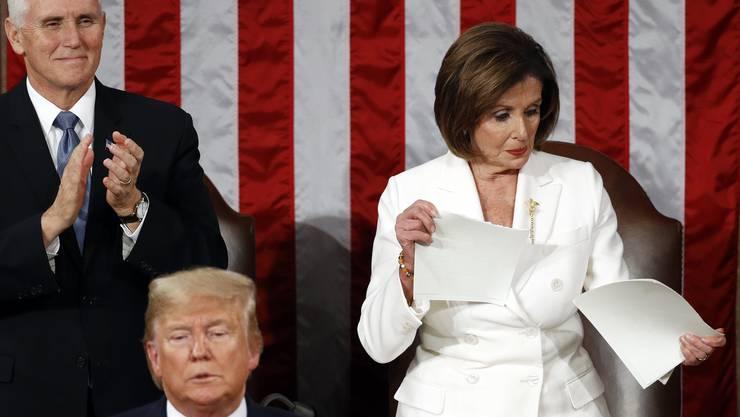Nancy Pelosi (r.) zerreisst den Abdruck der Rede von Präsident Trump.