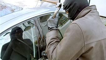Der Autodieb konnte auf der Flucht gestoppt und trotz Gegenwehr verhaftet werden. (Symbolbild)