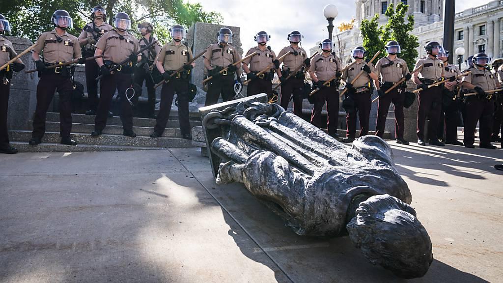 Kolumbus-Denkmal von Demonstranten demontiert