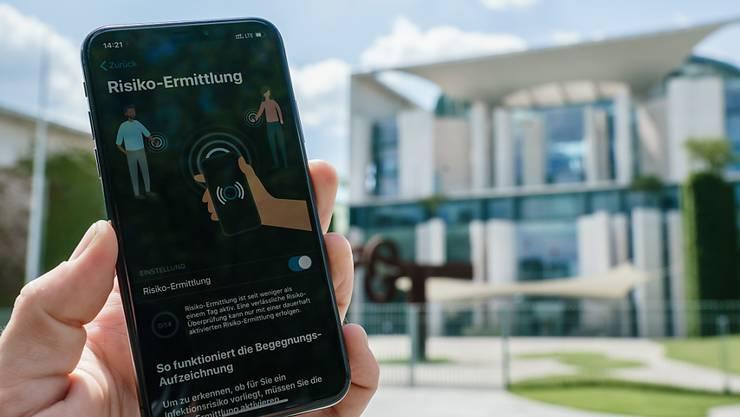 In Deutschland sind auch bei iPhones Lücken bei der Corona-Warn-App aufgetreten, nachdem zuvor bereits bei Geräten mit dem Betriebssystem Android Probleme festgestellt worden waren. (Archivbild)