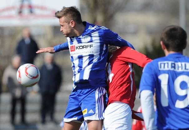 Der Grenchner Fabrizio Laus (L) im Kampf um den Ball gegen den Wangener Fadin Krasniqi (R) waehrend dem Fussballspiel der 1