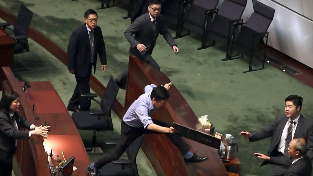 Erneut chaotische Szenen in Hongkongs Stadtparlament