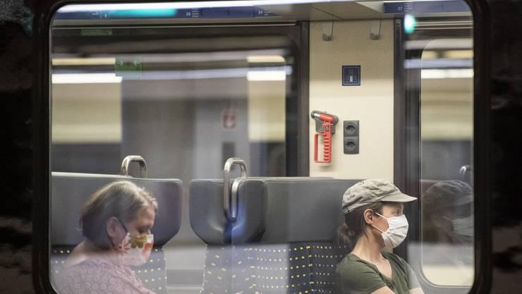 Nun muss bereits seit einigen Monaten eine Maske im Zug getragen werden. (Symbolbild)