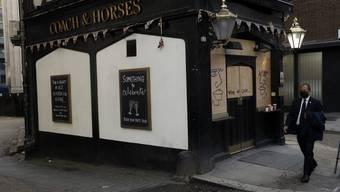 Leere Gassen und geschlossene Pubs in London.
