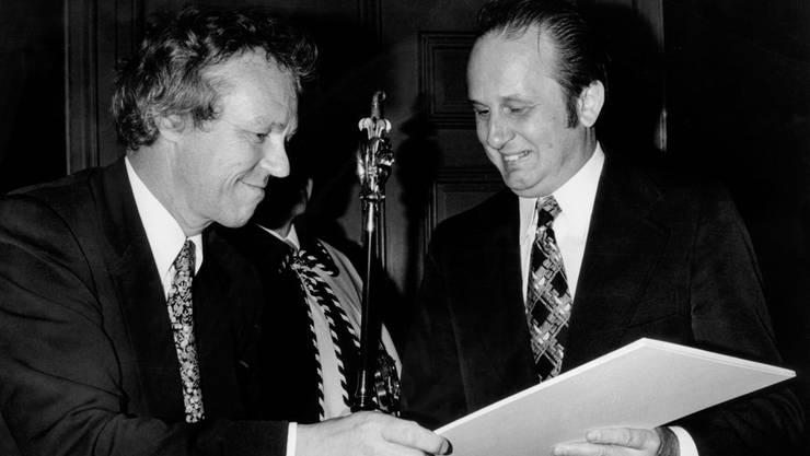 Alt Regierungsrat Lukas Burckhardt (links) 1976 mit Schriftsteller Rolf Hochhuth.