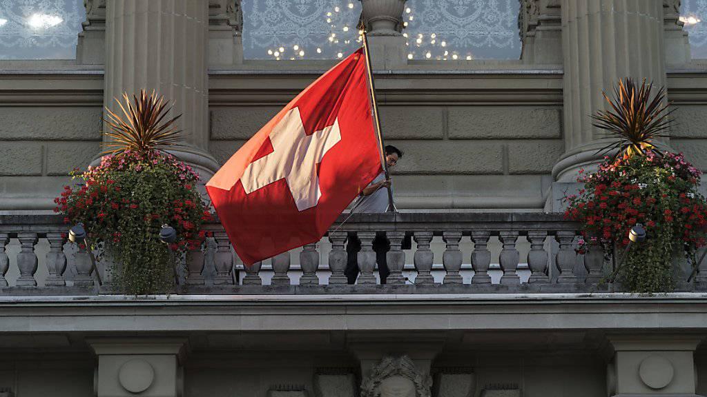 Eine Schweizer Fahne am Bundeshaus in Bern. (Archivbild)