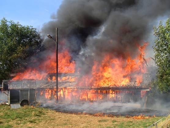 Die Strohballen fingen Feuer.
