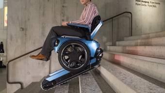 Erfinder Beni Winter führt den treppensteigenden Rollstuhl im Landesmuseum in Zürich vor.