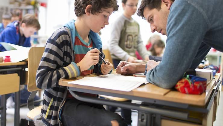 Eine gute Beziehung zur Lehrperson spielt eine entscheidende Rolle für das Sozialverhalten von Schülern. (Symbolbild)