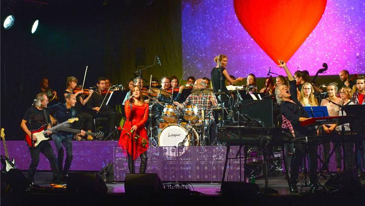 Irrwisch liessen zum Bandjubiläum ihre Musik mit derjenigen von klassischem Orchester und Chor verschmelzen und rockten so das Stadttheater gewaltig.