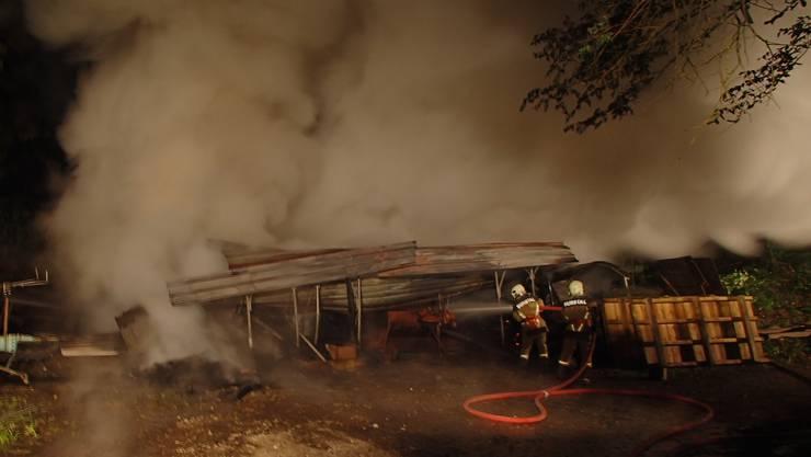 Trotz raschem Löscheinsatz wurde der Unterstand ein Raub der Flammen.