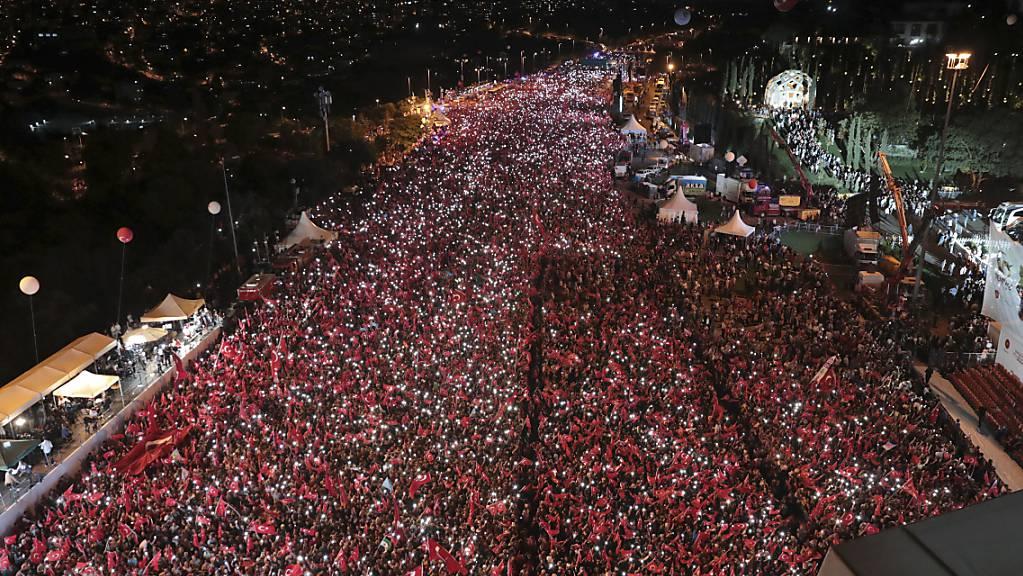15.07.2018, Türkei, Istanbul: Tausende Menschen nehmen an einer Gedenkveranstaltung zum Jahrestag des Putschversuchs teil. Auch in diesem Jahr sind zum fünften Jahrestag des Putschversuches landesweit offizielle Gedenkveranstaltungen ausgerichtet worden.