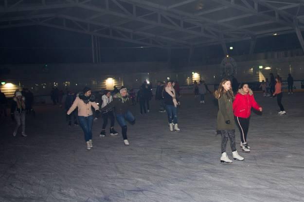 Die Eisdisco lockte am Freitagabend alle Altersgruppen auf die neue überdachte Eisbahn in den Schüwo-Park nach Wohlen.